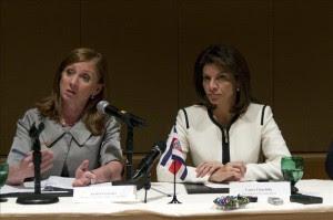 La presidenta de Costa Rica, Laura Chinchilla (d), acompañada por su ministra de Comercio Exterior, Anabel González (i). EFE/Archivo