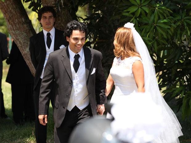 Julinho se emociona ao se despdir do casal