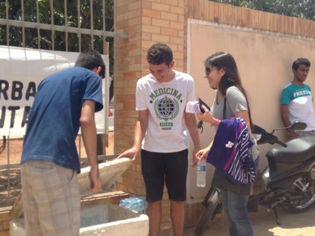 Estudantes de medicina vendem água para arrecadar dinheiro para a formatura (Foto: Hugo Andrade/Inter TV Cabugi)