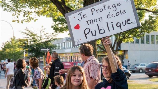 Une chaîne humaine à l'école primaire Rose-des-Vents, à Montréal