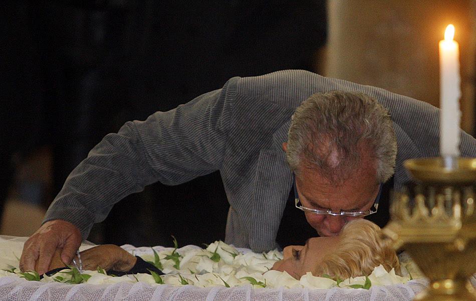 Carlos Alberto de Nóbrega beija a amiga Hebe na testa
