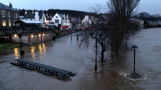 Scotland flooding: Homes evacuated and travel disrupted - BBC News