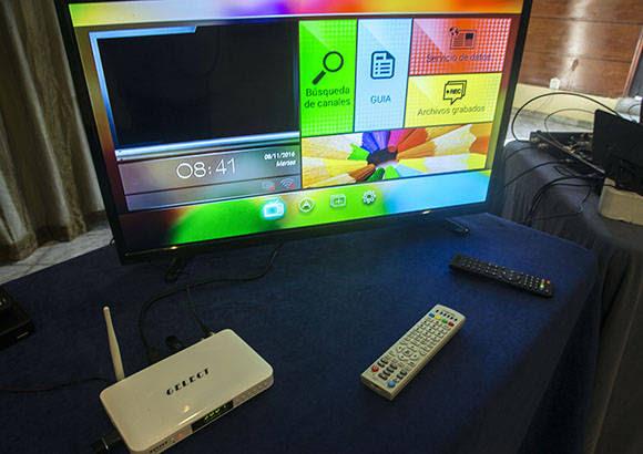 Nuevo dispositivo receptor con sistema operativo Android, desarrollado por la Empresa de la Industria Electrónica (EIE) y la multinacional Haier. Foto: Ismael Francisco/ Cubadebate.