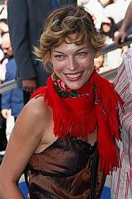 ミラ・ヨヴォヴィッチ(2002年、カンヌにて)