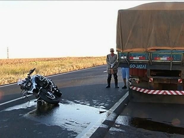 Duas pessoas morrem após moto bater contra caminhão, em Jataí, Goiás (Foto: Reprodução/TV Anhanguera)