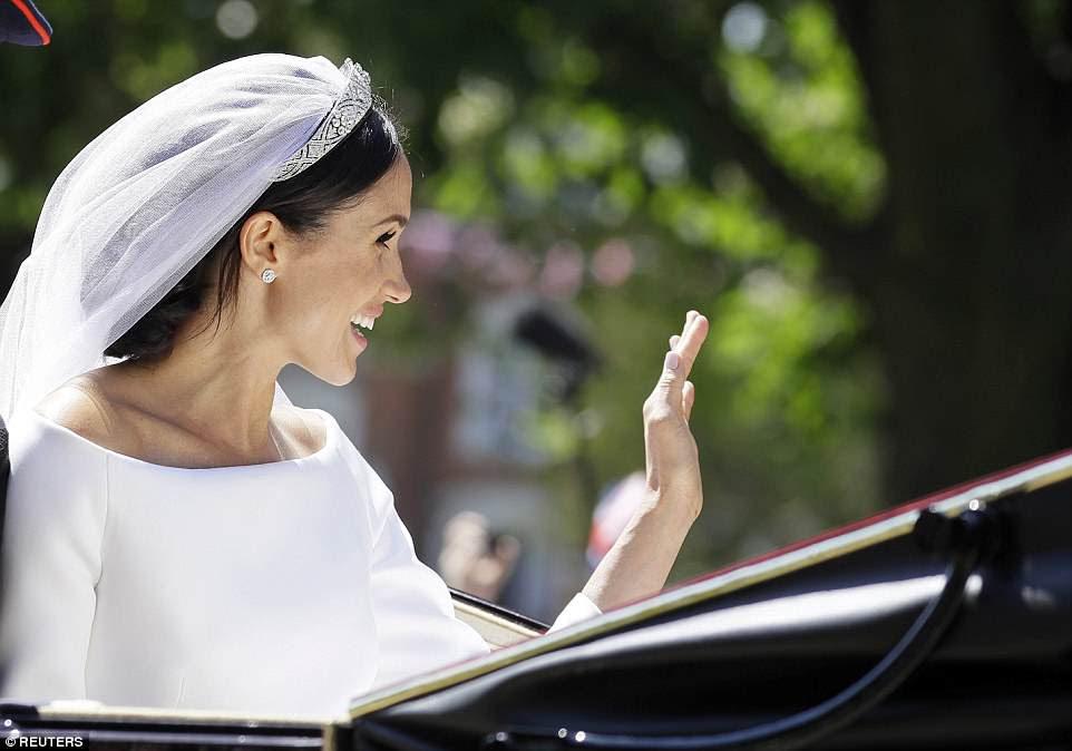 Meghan Markle saluda con la mano desde un carruaje después de la ceremonia de boda cautivó a grandes multitudes