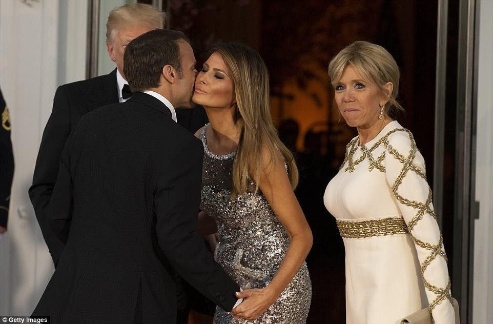 Bissoux para o amigo bromance: Melania Trump cumprimentou Emmanuel Macron nas escadas do pórtico norte antes do jantar de estado