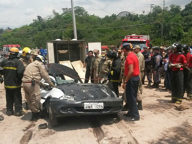 Carro foi esmagado por contêiner (Foto: Suelen Gonçalves/G1 AM)