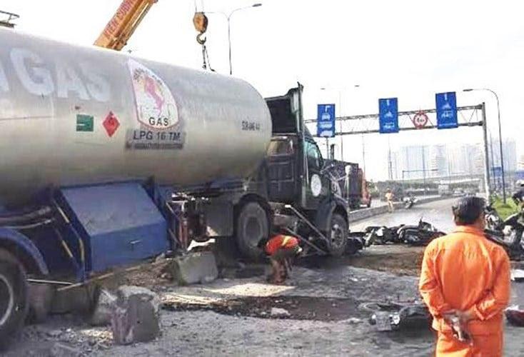 Hình ảnh Vụ tai nạn trên Xa lộ Hà Nội: Nạn nhân kêu cứu dưới gầm xe bồn số 1