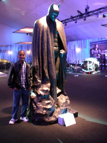 Posing with the statue featured at the conclusion of THE DARK KNIGHT RISES, on December 7, 2012.