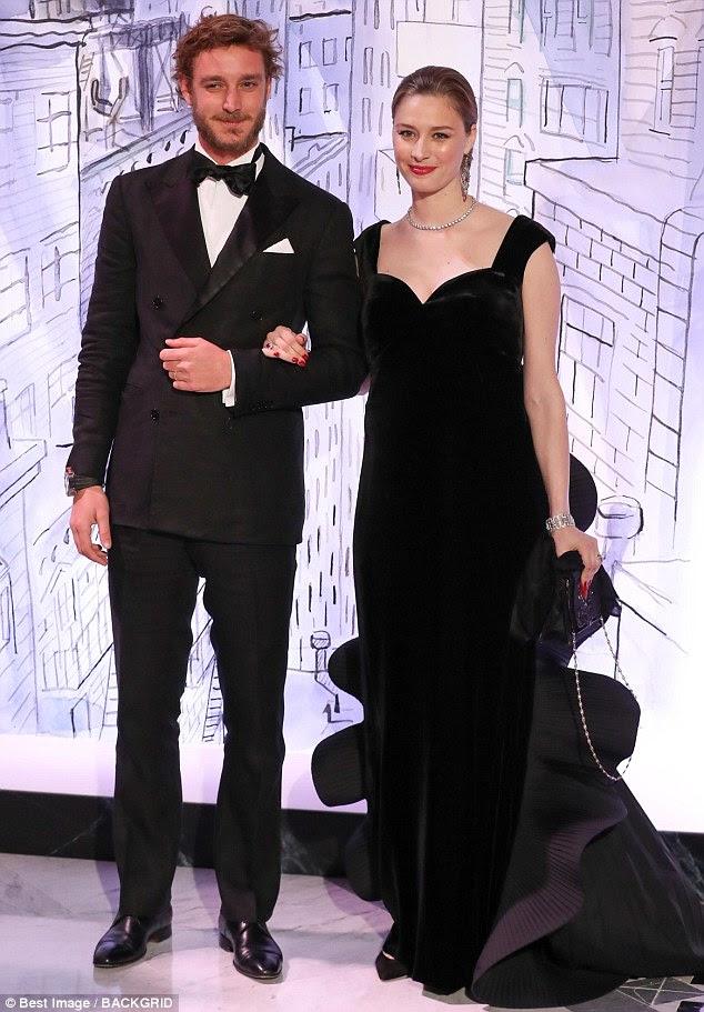 Brilhantes das gravatas negras: Pierre Casiraghi e sua esposa Beatrice vestiram combinações negras