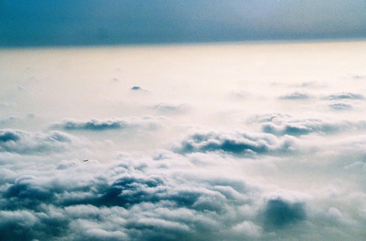 Pasajero de un avión graba a un 'Gigante de Hierro' que camina por las nubes