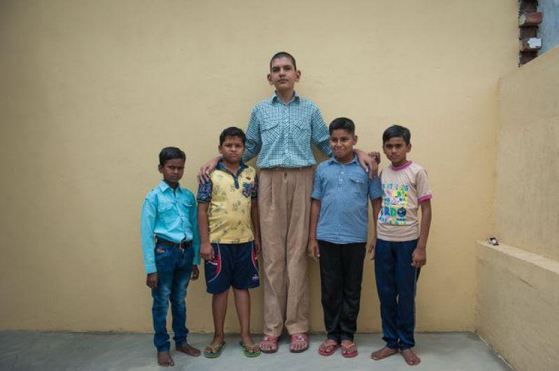 O menino de 8 anos mais alto do mundo mede 2,10 metros 02