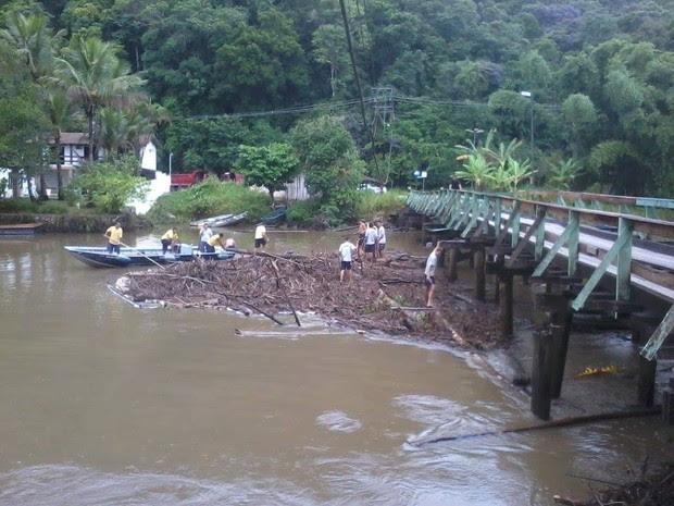 Ponte que liga o Barra do Una a Juquehy foi interditada após a chuva que atingiu São Sebastião na madrugada deste sábado (15). (Foto: Defesa Civil/PMSS)