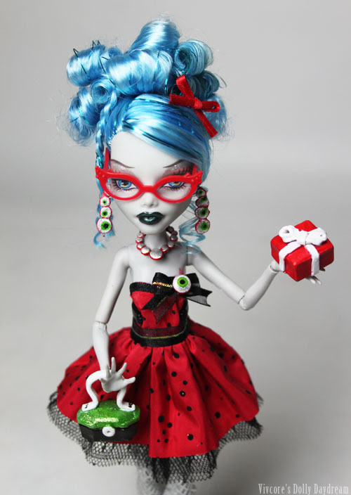 Can't get enough Ghoulia, pretty much ever! I had to do a Custom Sweet 1600 doll for her, she's too cute to not have one! Originally a Dead Tired Ghoulia I rooted in some tinsel, gave her a spiffy boil perm/ hair style, some new make up, then set to making her a full suite of clothing and accessories ready for the party! Go Ghoulia!