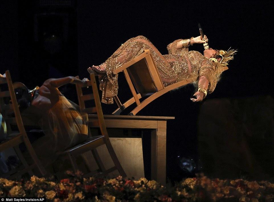 Arriscado: A estrela muito grávida espantou o público enquanto ela se deitou em uma cadeira que derrubou completamente sobre no meio do desempenho
