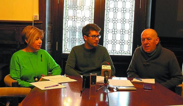 Podemos. La juntera María Valiente, el portavoz en Irun, David Soto, y el senador Josetxo Arrieta./F. PORTU