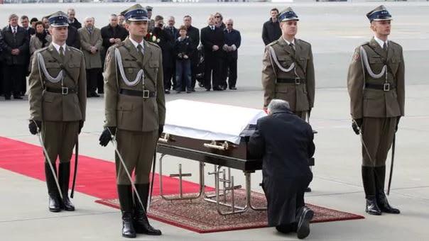Jaroslaw Kaczynski el día del funeral de su hermano y de su cuñada.