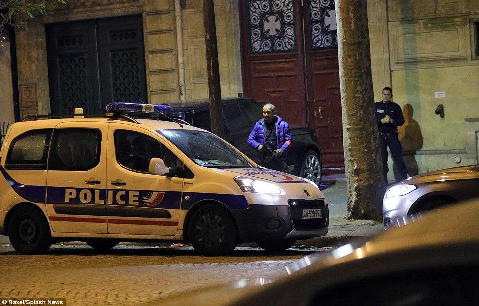 policiais armados montavam guarda fora do apartamento atrás da igreja Madeleine da capital francesa