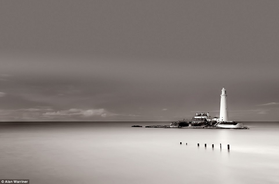 A figura imponente, solitária do farol do St Mary em Whitley Bay, Tyne and Wear, foi agarrado por Alan Warriner