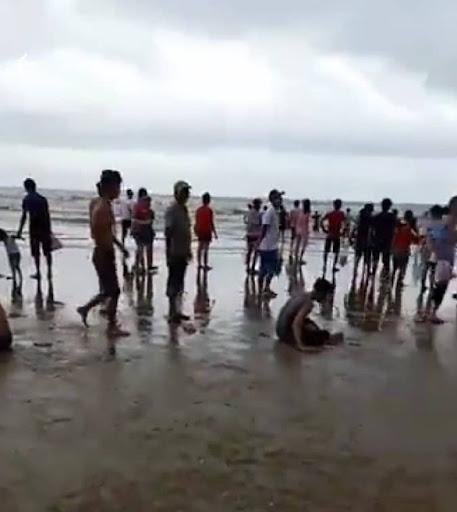 Sóng biển cuốn 4 khách du lịch chết đuối, 2 mất tích, 5 cấp cứu