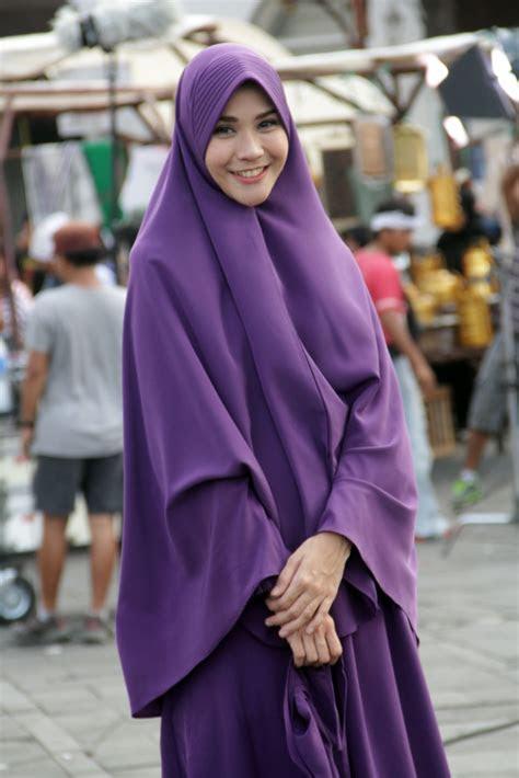 hijab syari bikin zaskia mecca makin cantik foto
