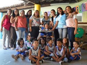 Dionir sustenta cadeira de rodas adpatada para o filho (Foto: Lineia Fernandes / Divulgação)