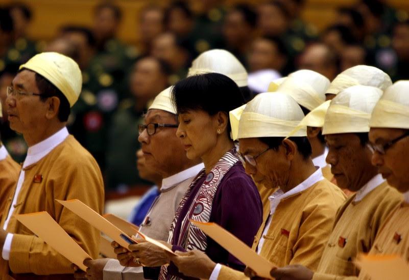 """San Suu Kyi toma posesión de su escaño y """"respetará"""" la Constitución birmana"""