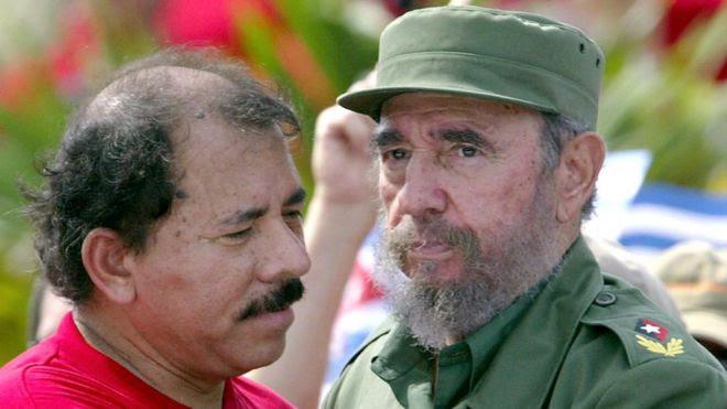 El presidente de Nicaragua Daniel Ortega abraza al ahora fallecido exlíder cubano Fidel Castro.