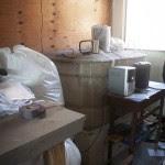 Caixa d´água dentro da oficina improvisada