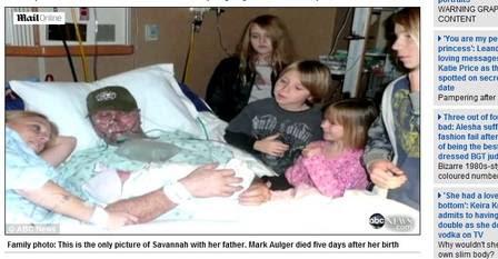 Mark Aulger, no hospital, com a mulher e os filhos