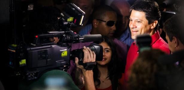 Fernando Haddad (PT) é cercado por jornalistas durante votação neste domingo (28)
