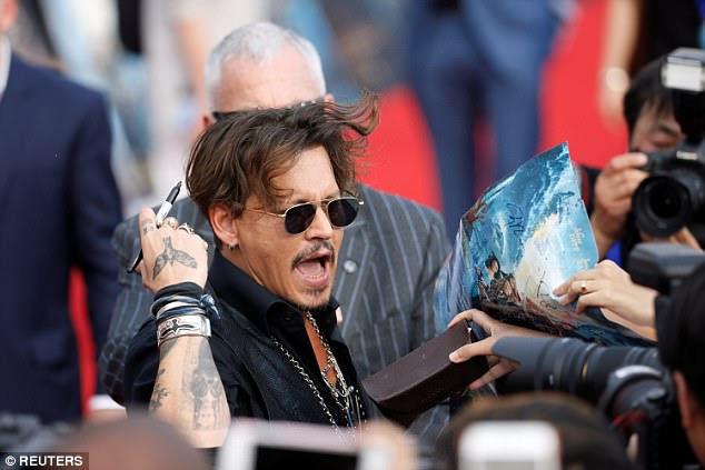Na demanda: Os fãs clambered para autógrafo de Johnny e foto na estréia deslumbrante