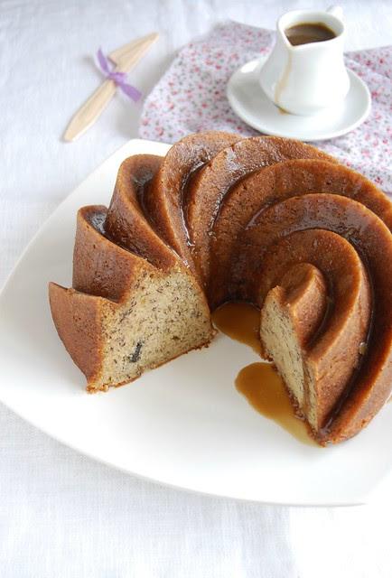 Banana cake with rum glaze / Bolo de banana com calda de rum