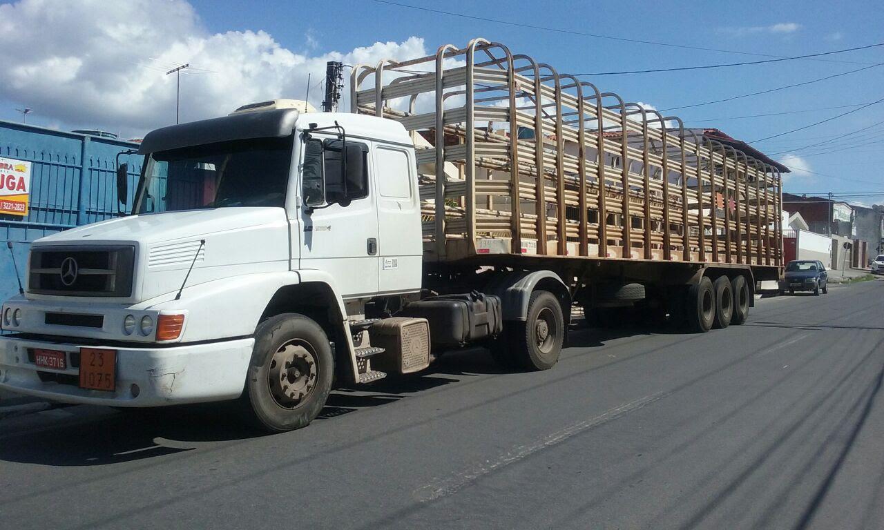 PRF prende 3 acusados de roubo de carga após motorista reconhecer caminhão
