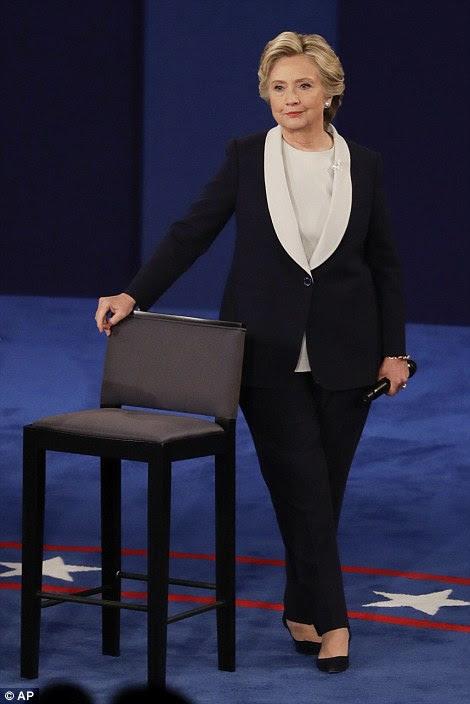 candidato presidencial democrata Hillary Clinton escuta como republicano candidato presidencial Donald Trump responde a uma pergunta