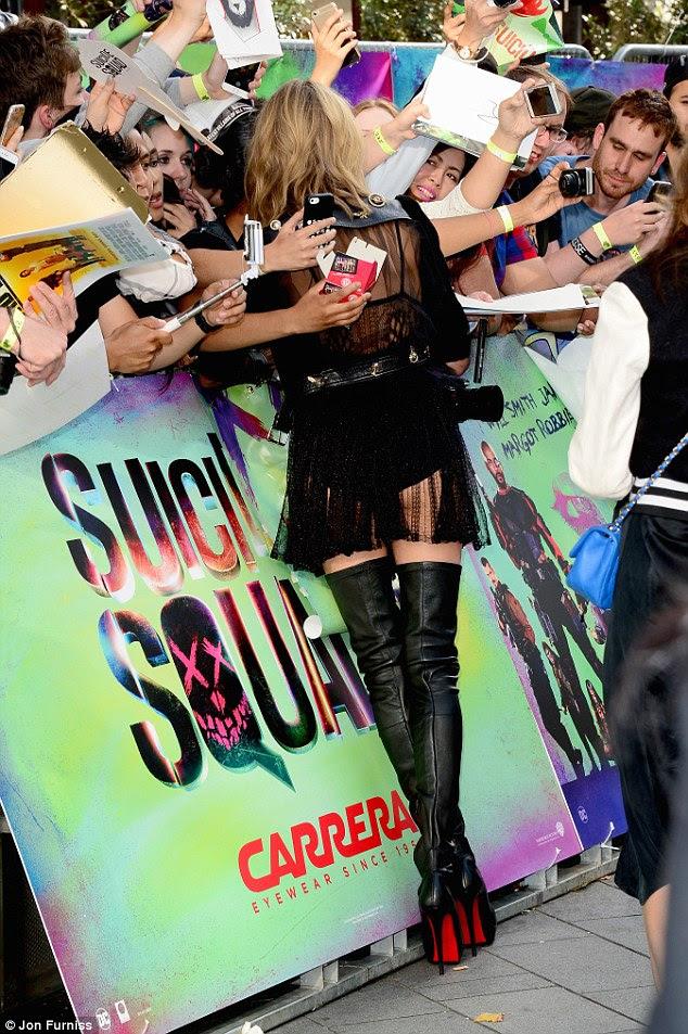 Mobbed: os fãs da franquia estavam desesperados para obter um selfie ou autógrafos com Cara
