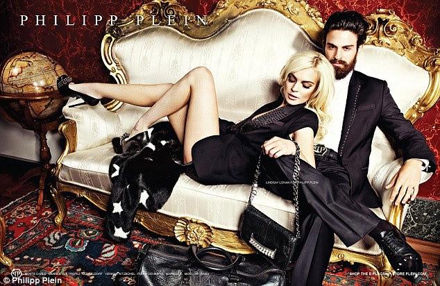 Piscando a carne: A estrela mostra suas pernas finas de uma só vez, onde ela posa ao lado de um modelo masculino