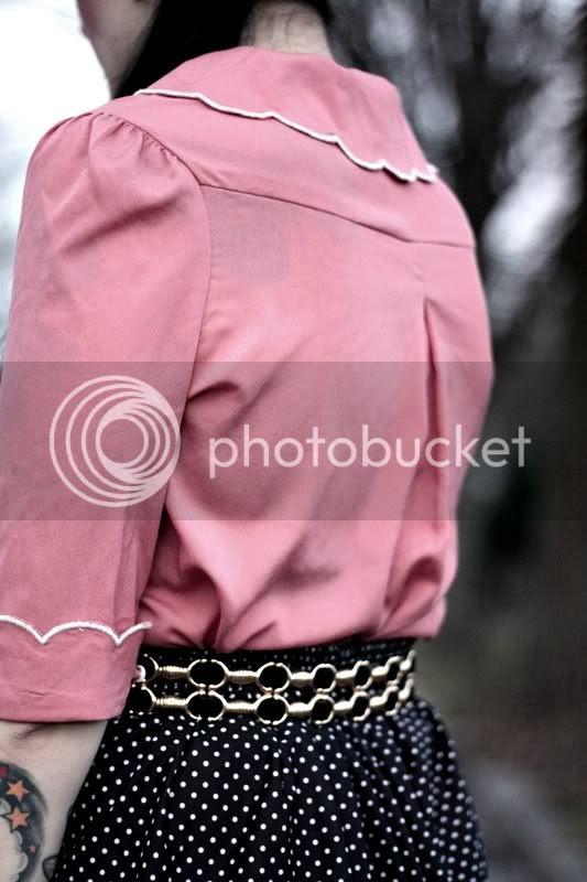 rosa primark bluse vintage stil weißer muschelsaum bubikragen vintage gürtel schwarz gold polka dots rock skirt