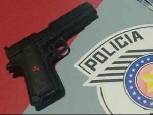 Adolescentes usaram arma de brinquedo para assalto (Foto: Divulgação/Polícia Militar)