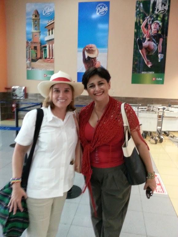 La Sra. Carmen Yulín Cruz, alcaldesa de San Juan, en el aeropuerto de  La Habana. Con la cordialidad y sencillez que la caracteriza, nos permitió compartir su imagen, que concluye un primer viaje privado.