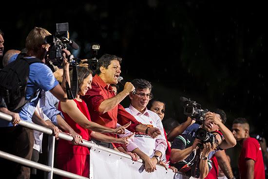 O prefeito eleito da cidade de São Paulo, Fernando Haddad (PT), durante comemoração na avenida Paulista