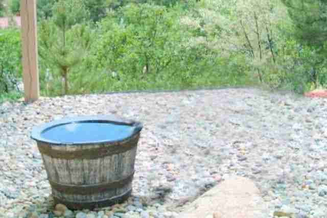 dinfo.gr - Κάθε μέρα γέμιζαν με νερό αυτό το βαρέλι και κάθε βράδυ άδειαζε. Ώσπου τοποθέτησαν μια κάμερα για να λύσουν το μυστήριο