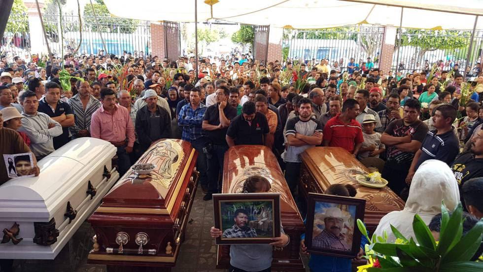 Familiares de cuatro de los muertos en los enfrentamientos entre militares y civiles en Puebla, la semana pasada.