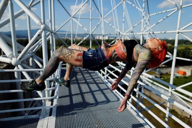Ganchos no corpo de Kaitlin foram colocados pelo croata Dino Helvida (Foto: Antonio Bronic/Reuters)