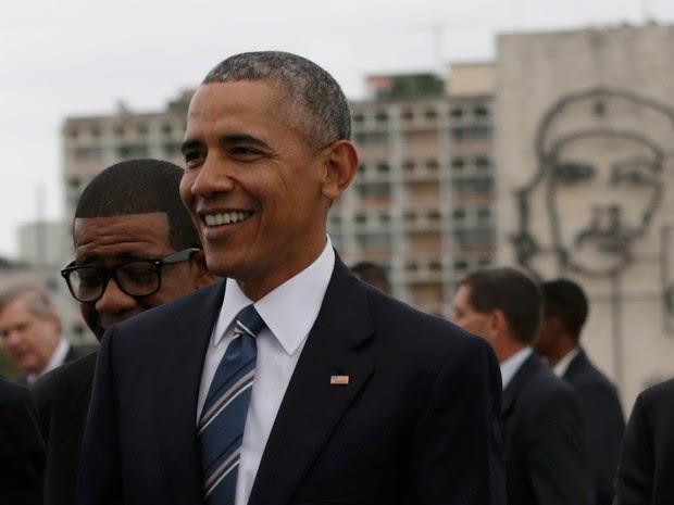 O presidente dos EUA Barack Obama é visto perto de uma imagem do herói revolucionário Ernesto 'Che' Guevara (ao fundo) Durante uma cerimônia na Praça da Revolução em Havana, Cuba  (Foto: Ivan Alvarado/Reuters)