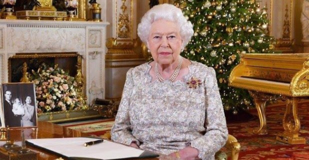 Queen Elizabeth's enormous gold Piano grabs people's attention who can't discussing about it