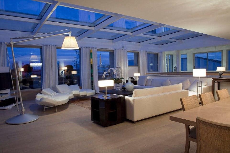 Na foto é um dos luxuosos quartos principais do complexo, onde Kim Kardashian tinha milhões de dólares em jóias roubadas por cinco homens mascarados armados vestidos como policiais.  A Torre Eiffel pode ser visto da janela