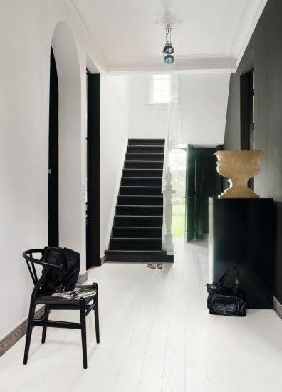 Tonos claros en las paredes y pocos objetos en la decoración de los pasillos del hogar