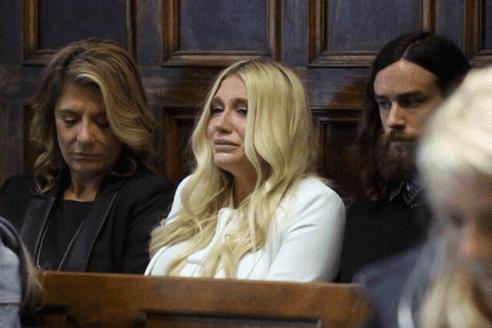 Kesha soluçando depois de ouvir a decisão final.